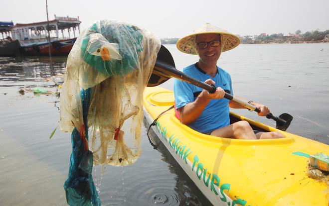 Hầu hết các du khách đều hào hứng với việc thu gom rác, làm sạch dòng nước.