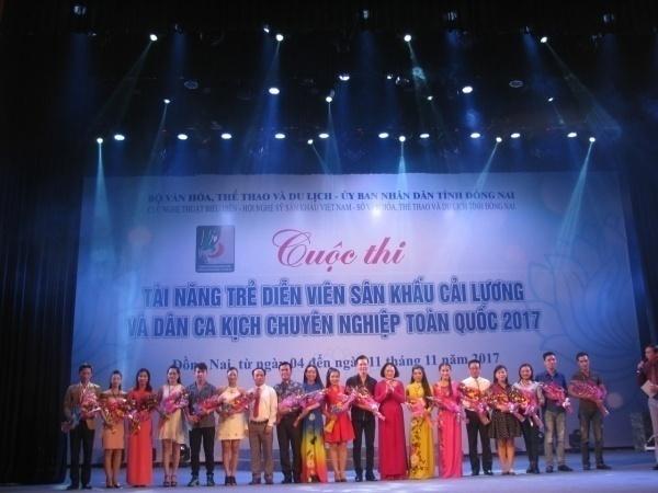 ng Lê Minh Tuấn - Phó Cục trưởng Cục Nghệ thuật biểu diễn, Trưởng Ban Tổ chức cuộc thi tặng hoa cho đại diện thí sinh