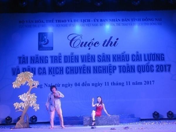 """thí sinh Trần Phương Trang, bên trái (vai diễn Hoàng Minh Đạt, trích đoạn """"Người đánh rơi hạnh phúc"""")"""