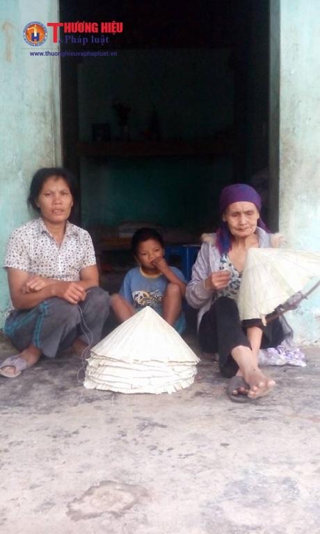 Mặc dù bị liệt nửa người nhưng hàng ngày bà Đỗ Thị Xúi vẫn miệt mài khâu nón thuê kiếm 10.000 đ - 20.000 đ mỗi ngày để chăm lo từng bữa cơm cho cả gia đình 3 thế hệ bị thần kinh, câ