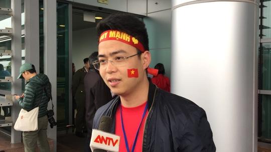 Mẹ Tiến Dũng, bố Xuân Trường ra sân bay đón con và U23 Việt Nam