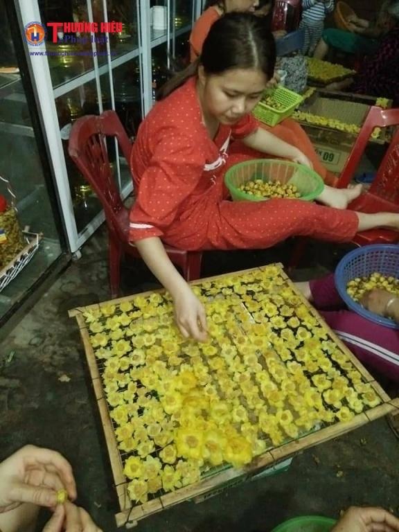 Người dân Quế Phong phơi sấy chè hoa vàng