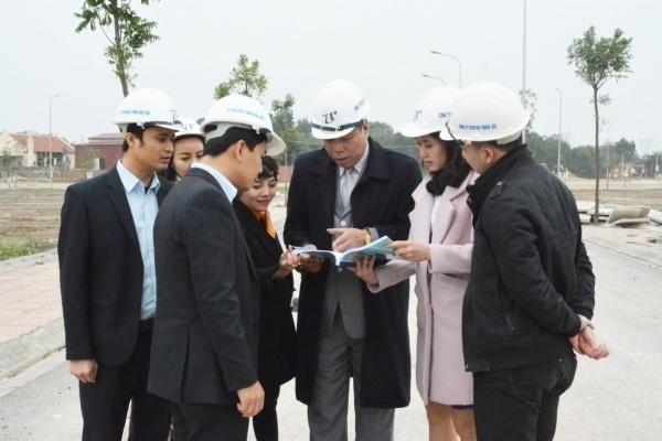 Cán bộ, nhân viên Công ty CP Đầu tư xây dựng Thiên Lộc đi kiểm tra công trình tại dự án khu dân cư tại phường Thắng Lợi, TP Sông Công.
