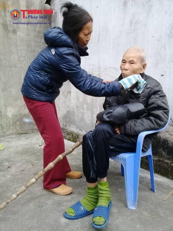 Bà con lối xóm thỉnh thoảng sang giúp đỡ mặt tinh thần cho gia đình cụ Ngô Hữu Mạo có 3 người đều mắc trọng bệnh.
