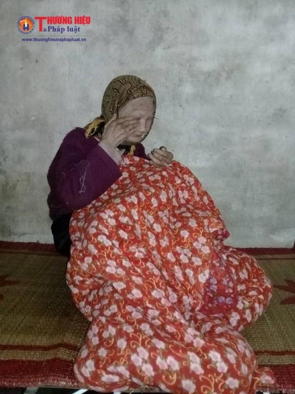 Cụ Lưu Thị Tâm - vợ cụ Mạo suốt gần 10 năm qua nằm liệt giường và bị mù lòa cả 2 mắt.