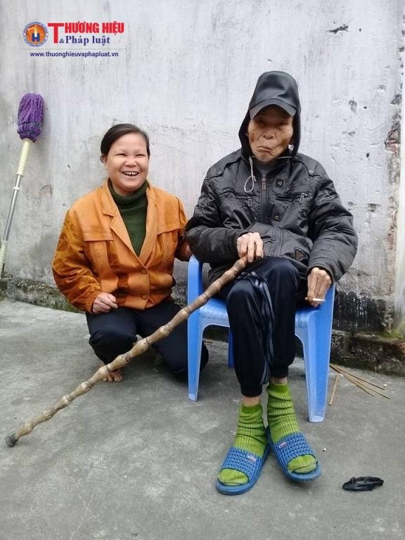 Hai bố con nhà cụ Ngô Hữu Mạo.