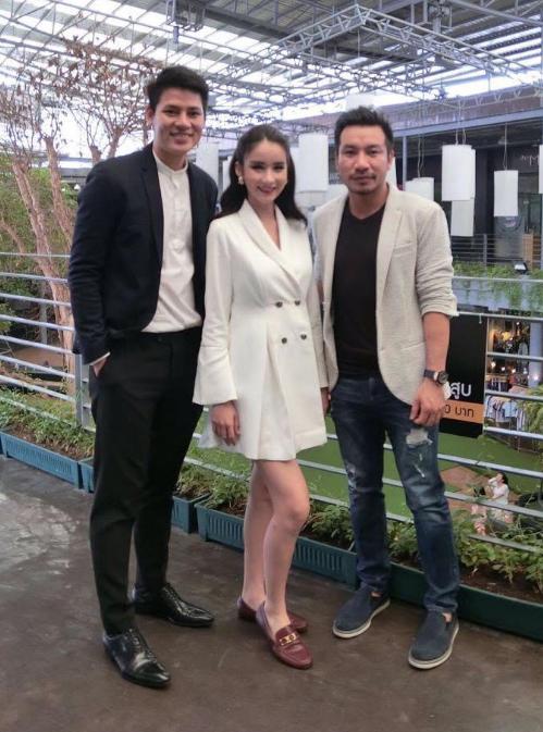 Nam vương Lê Khôi Nguyên (trái) và diễn viên, đạo diễn Bá Cường gặp gỡ Hoa hậu chuyển giới Thái Lan 2017 - Yoshi Rinrada.