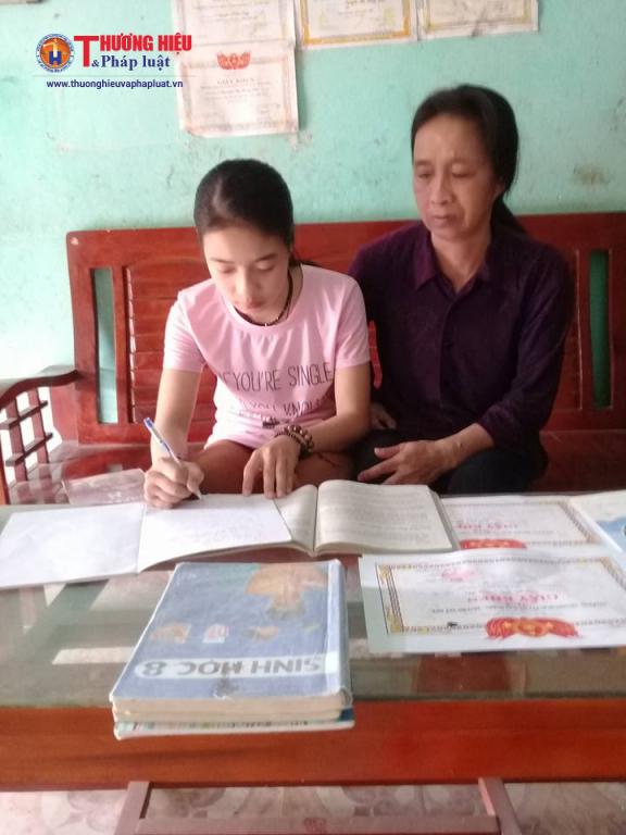 Mặc dù mẹ đang mắc bệnh u não và kinh tế gia đình khó khăn nhưng các con của chị Đông luôn chăm ngoan học giỏi, được mọi người yêu quý.