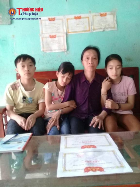 Chị Đông bên cạnh 3 đứa con thơ dại của mình.
