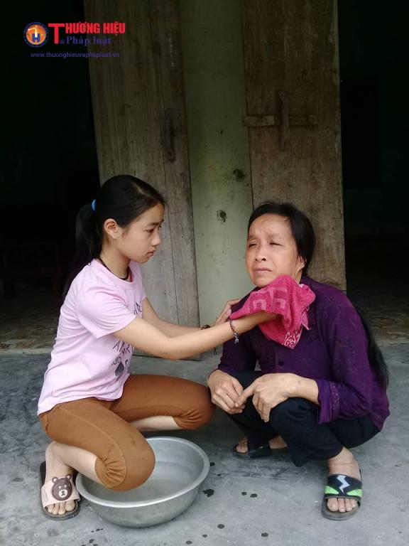 Cháu Nguyễn Thị Hồng Vân ( sinh năm 2004 ) đang chăm sóc cho người mẹ mắc căn bệnh u não của mình.