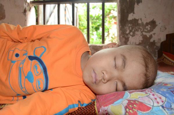 Xót xa bé 8 tuổi đau quặn người vì bệnh ung thư