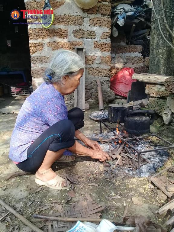 Mặc dù đã 89 tuổi mắc nhiều chứng bệnh tuổi già nhưng bà cụ Lan hàng ngày vẫn chăm lo từng bữa cơm cho gia đình 5 người bệnh tật, khốn khó.