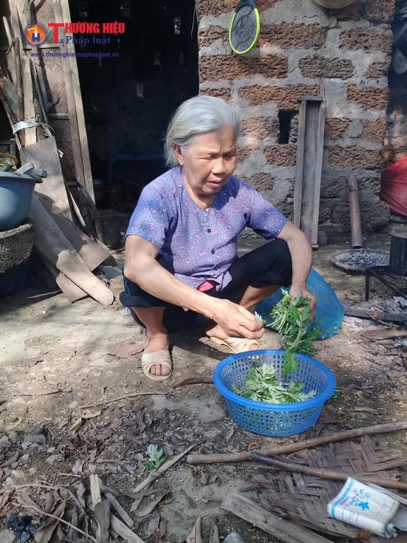 Cụ bà Bùi Thị Lan đang chuẩn bị bữa cơm đạm bạc cho gia đình 5 người bệnh tật.