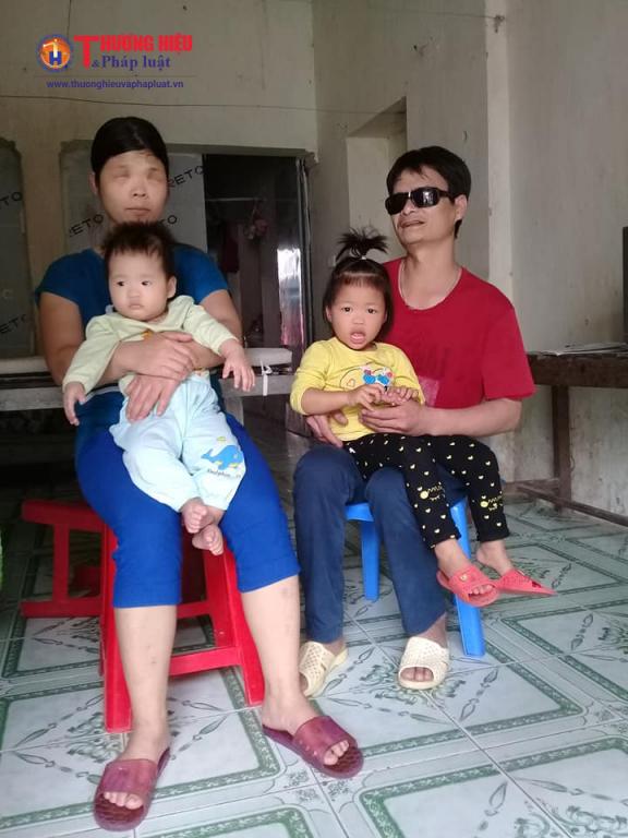 Anh Lai và chị Hợi hạnh phúc bên hai  cô con gái bé nhỏ của mình.