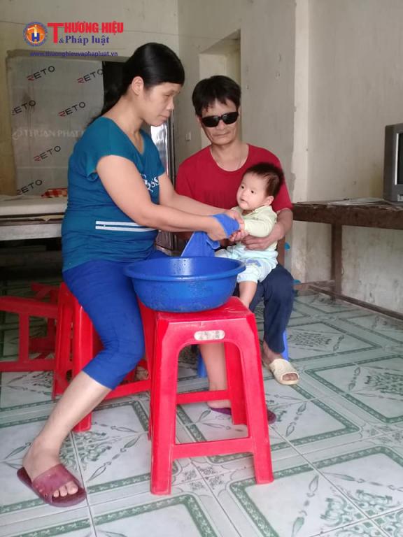 Chị Hợi và anh Lai đang chăm sóc dỗ dành con gái 8 tháng tuổi.