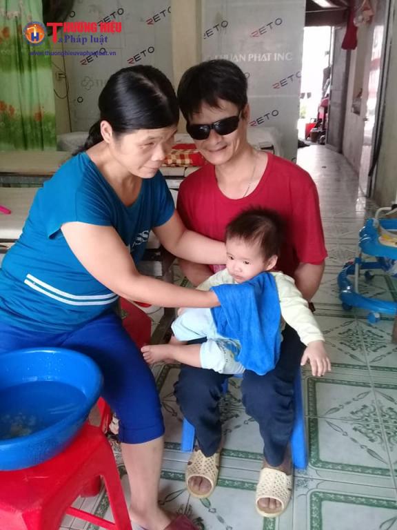 Mặc dù cả hai vợ chồng đều bị khiếm thị nhưng anh Lai và chị Hợi vẫn chăm sóc cho hai con gái bé bỏng.