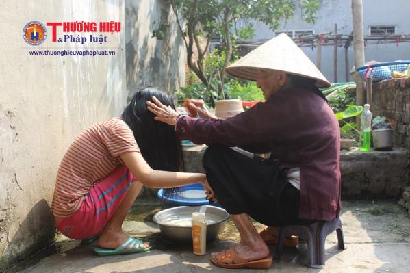 Hằng ngày, những công việc như nấu cơm, giặt giũ hay vệ sinh cá nhân cho cháu ngoại đều do một tay cụ Thi.