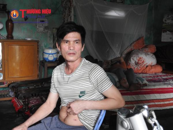 Ánh mắt đầy lo âu của ông Vinh về tương lai của gia đình khi cả hai vợ chồng đều bị bệnh, không biết bao giờ mới có thể lao động kiếm tiền nuôi con.