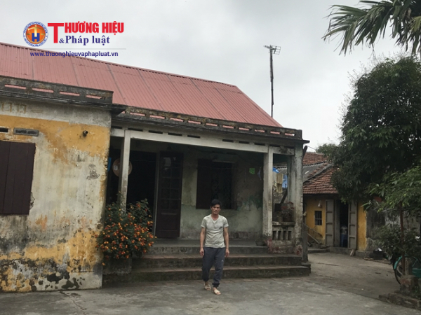 Ngôi nhà cũ nát gia đình anh Vinh mượn lại của người em út.