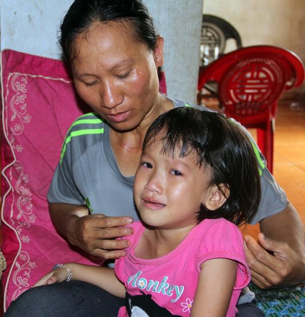 Bữa ăn chan đầy nước mắt của bé thơ trong cảnh bố mẹ mang trọng bệnh