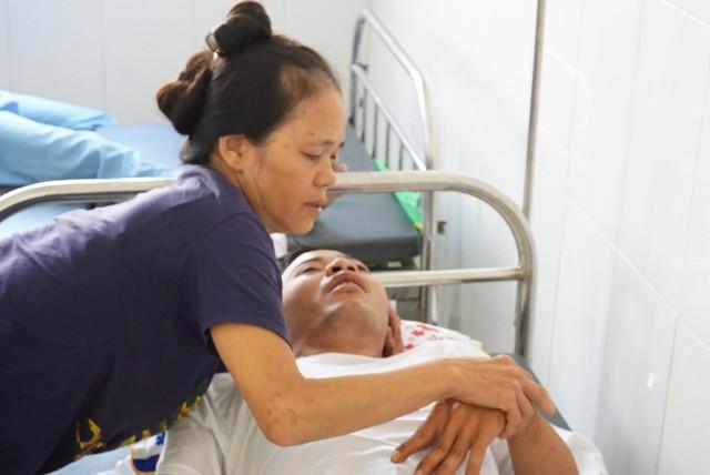 Khốn cùng cảnh vợ ôm con bại não vào viện chăm chồng... viêm não