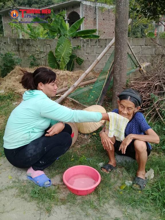 Do cụ Nhượng dã già yếu, lưng còng rạp và cô con gái ngơ ngẩn nên hàng xóm thương tình thỉnh thoảng sang chăm sóc, vệ sinh cá nhân cho cụ Nhượng.