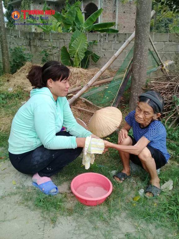 Hàng xóm nhiều lúc sang giúp cụ Nhượng vệ sinh cá nhân.