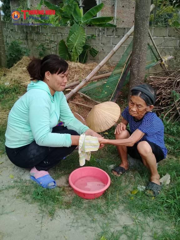 Hàng xóm thương tình sang giúp cụ Nhượng vệ sinh cá nhân.