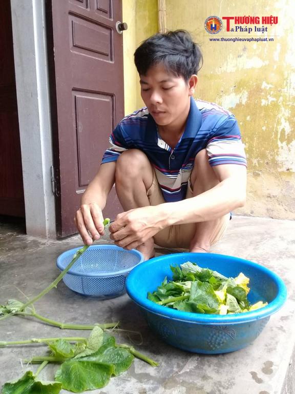 Anh Nguyễn Văn Huê đang tất bật lo toan từng bữa cơm cho cả gia đình.