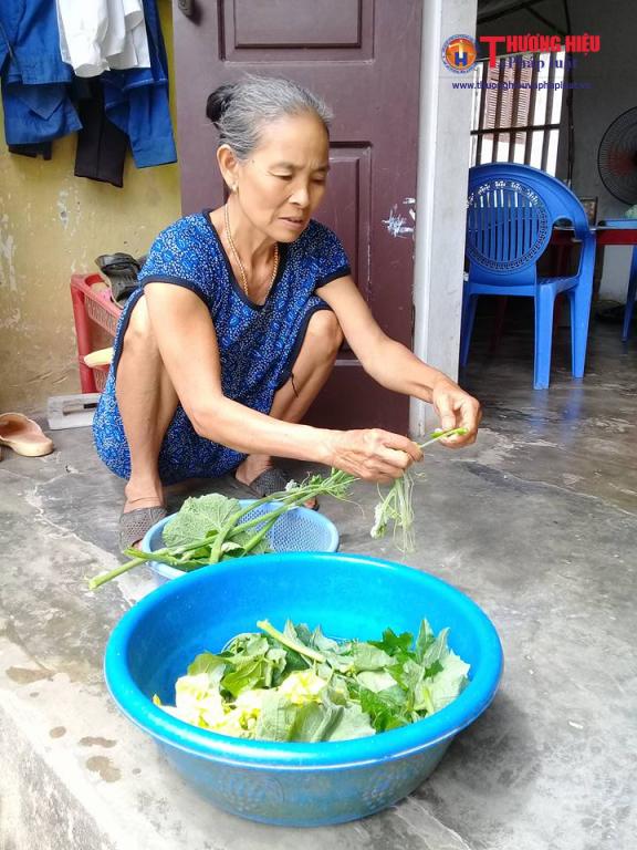 Bà nội của cháu Huyền Trang đang chuẩn bị bữa cơm cho cả gia đình.