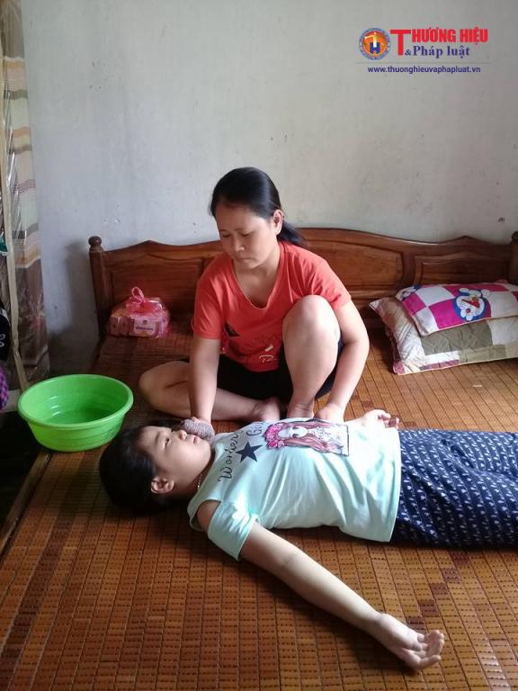 Cháu Huyền Trang hiện đang mắc căn bệnh Wilson đã di căn sang chứng xơ gan độ 3 nên mọi sinh hoạt và vệ sinh cá nhân đều phải do người thân giúp đỡ.