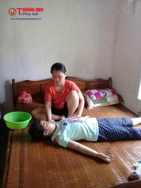 Chị Đỗ Thị Nụ đang chăm sóc cháu Huyền Trang.