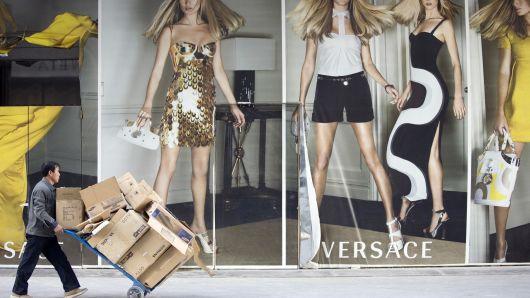 Michael Kors mua lại Versace