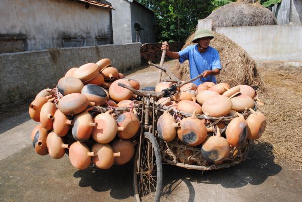 Ông Nguyễn Công Du chuẩn bị mang mẹ nồi đất đi tiêu thụ
