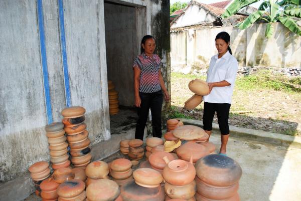 Thương lái khắp nơi tìm đến làng Trù Sơn mua nồi đất