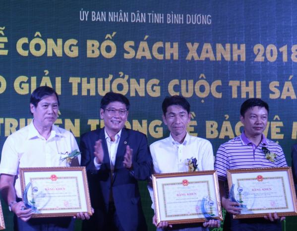 Đại diện FrieslandCampina Việt Nam (Áo trắng bên trái) nhận giải từ Ban tổ chức