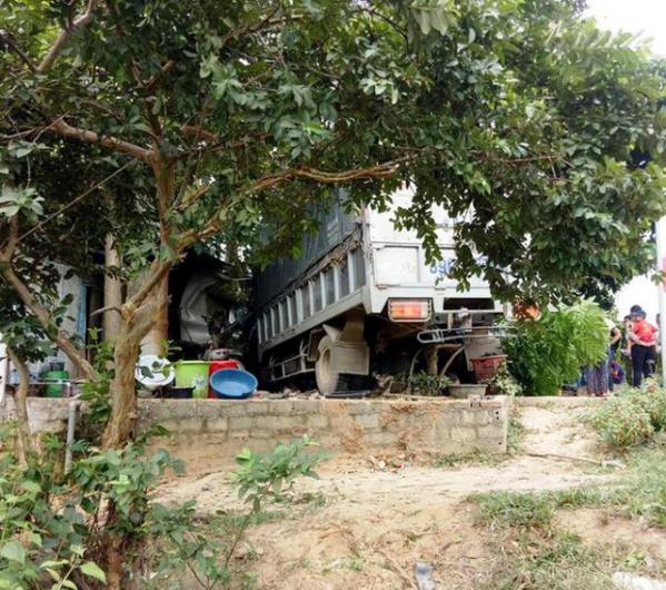 xe tải lao vào quán sửa xe