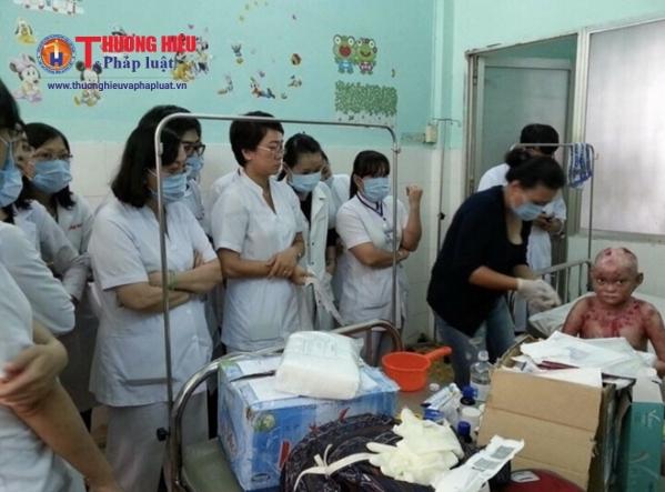 Chị Lan (áo đen) đang chăm sóc một bệnh nhị bị mắc căn bệnh Ly thượng bì bóng nước ( EB ) tại bệnh viện.