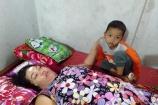 Nhói lòng cậu bé 5 tuổi khóc nghẹn xin cứu mẹ bị bệnh liệt giường
