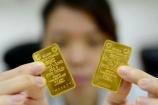 Giá vàng thế giới và trong nước 'dắt tay nhau' cùng giảm