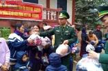 Đồn Biên phòng Cù Bai tặng 400 chiếc áo ấm cho Trường MN Hướng Việt và Hướng Lập