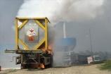 Xe chở phốt pho bốc cháy dữ dội trên cao tốc Nội Bài – Lào Cai