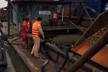 Bắt quả tang 5 tàu khai thác cát hàng trăm tấn trên sông Hồng