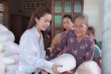 Hoa hậu Huỳnh Vy mang gạo tặng các cụ già nhân mùa Vu Lan báo hiếu