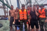 Tàu cá bị sóng lớn đánh chìm, 7 ngư dân thoát chết thần kỳ
