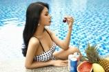 Hoa hậu Loan Vương diện bikini một mảnh sang chảnh bên bồ bơi
