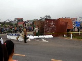 Hà Nội: Xe container lật ngang đường, 4 người thương vong