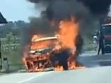 Hà Tĩnh: Cháy ô tô 5 chỗ đang lưu thông trên đường