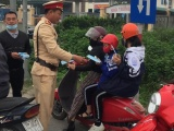 Phòng CSGT Bắc Giang phát miễn phí khẩu trang cho người tham gia giao thông