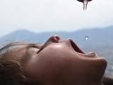 Bác sĩ tự chế vắc-xin cho trẻ nhỏ từ nước dãi mèo và rượu vodka